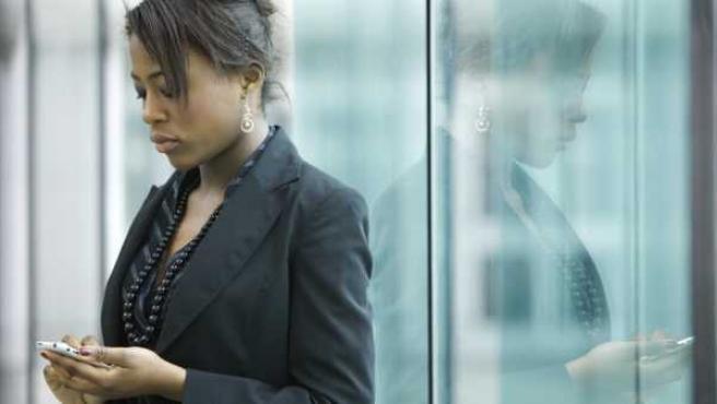 Un mujer consultando su smartphone