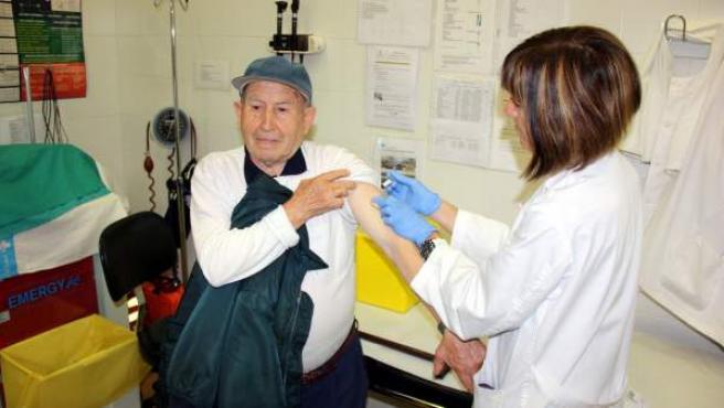 Un hombre recibe la vacuna contra la gripe en un centro de atención primaria.