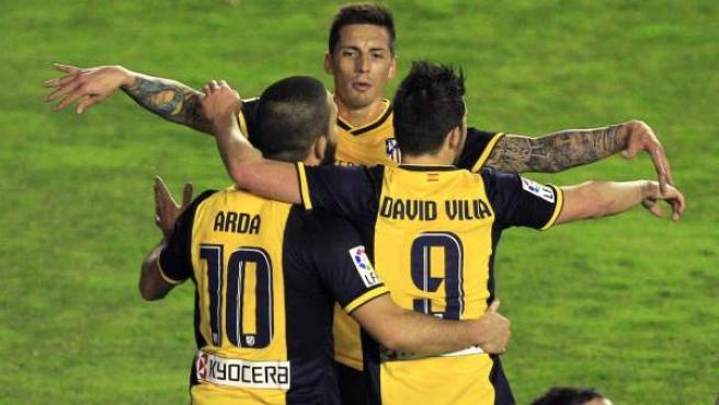 José Sosa abraza a Arda Turan y David Villa en el partido del Atlético de Madrid ante el Rayo Vallecano.