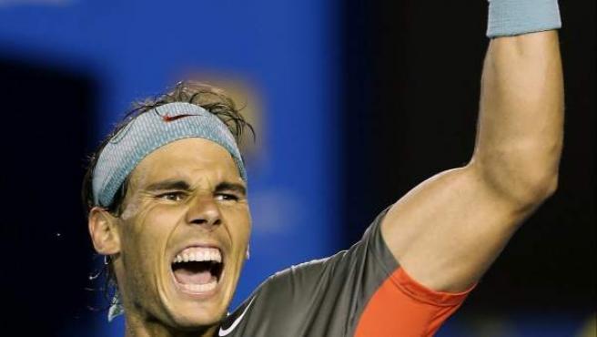 El tenista español Rafael Nadal celebra la victoria ante el suizo Roger Federer tras el partido de semifinales del Abierto de Australia de tenis que les enfrentó en Melbourne (Australia). Nadal se impuso a Federer por 7-6(4), 6-3 y 6-3) y se enfrentará en la final del domingo al también suizo Stanislas Wawrinka.