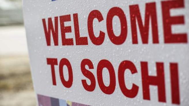 """Un cartel en el que se puede leer """"Bienvenidos a Sochi"""" permanece en la montaña de Krasnaya Polyana, donde se disputarán las pruebas de nieve de los Juegos Olímpicos de Invierno de Sochi, en Rusia."""