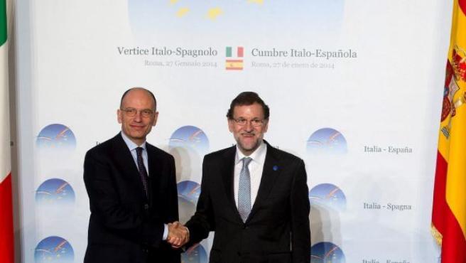 El primer ministro italiano, Enrico Letta (i), estrecha la mano del presidente del Gobierno español, Mariano Rajoy.