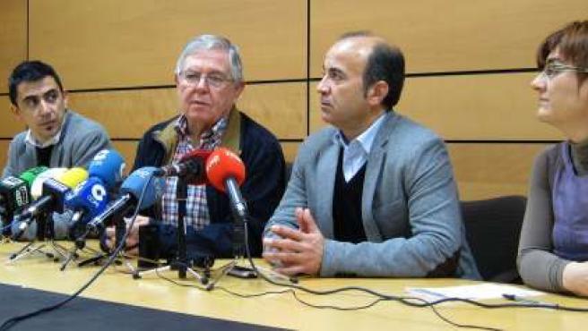 Joaquín Contreras de Plataforma Pro-Soterramiento con portavoces de la oposición