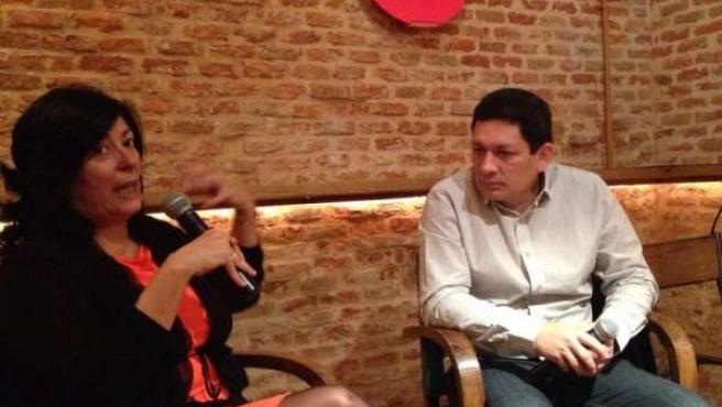 Almudena Grandes con el escritor salvadoreño Jorge Galán