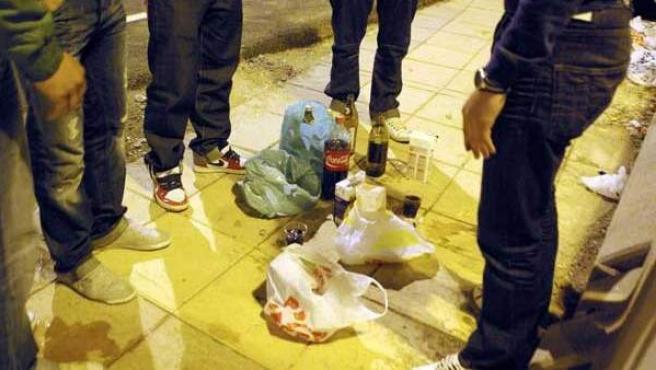 Varios jóvenes haciendo botellón.