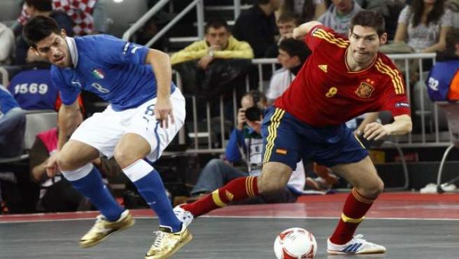 Fotografía facilitada por la Federación de Fútbol Sala del jugador de la selección española de fútbol sala, Enrique Boned (d), luchando el balón con el jugador de la selección italiana durante la semifinal de la Eurocopa 2012.