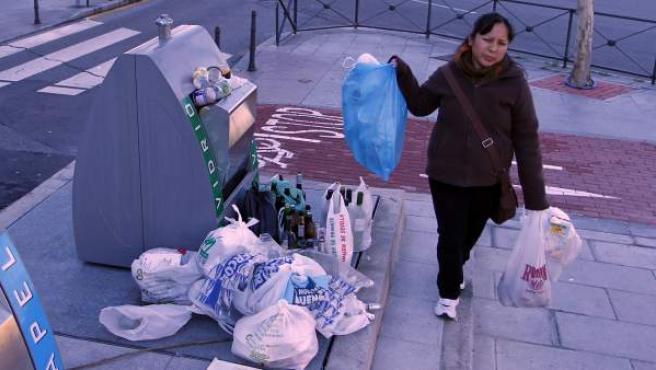 La basura acumulándose en un contenedor de Alcorcón.
