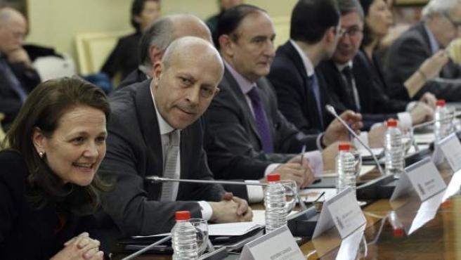 El ministro de Educación, José Ignacio Wert (en el centro de la imagen) momentos antes de presidir la primera reunión sectorial desde la entrada en vigor de la Ley Orgánica para la Mejora de la Calidad Educativa (Lomce).