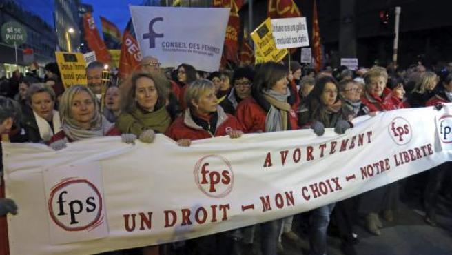Integrantes de media docena de asociaciones europeas en favor de los derechos de la mujer durante la manifestación frente al Parlamento Europeo en contra del anteproyecto de ley del Gobierno español.