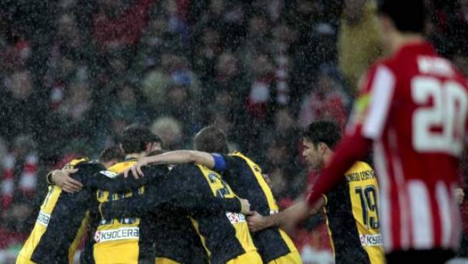 Los jugadores del Atlético celebran uno de sus goles en San Mamés en el partido de vuelta de la eliminatoria de cuartos de final entre el Athletic y el Atlético de Madrid.