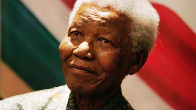 Fotografía de archivo del 26 de agosto de 2004 del Premio Nobel de Paz sudafricano Nelson Mandela durante una rueda de prensa en Johanesurgo (Sudáfrica).