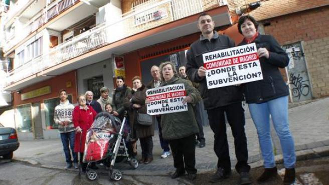 Vecinos del número 9 de la calle de Mejorana, en Entrevías (Madrid). Reclaman a la Comunidad de Madrid la subvención prometida para la reforma de su edificio.