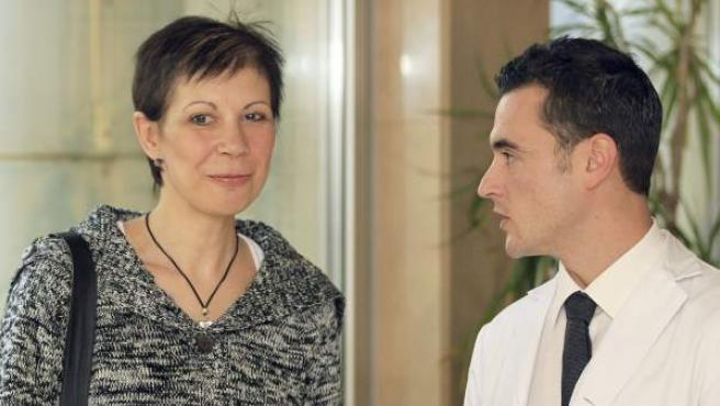 Leonor Garrido y el doctor Joaquim Muñoz Vidal, el cirujano del Hospital de Bellvitge que le ha practicado unas mastectomía total y la reconstrucción completa de la mama, incluidos el pezón y la areola, en la misma intervención.