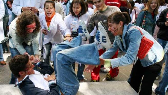 Imagen de archivo de unos universitarios españoles realizando novatadas a los recién llegados.