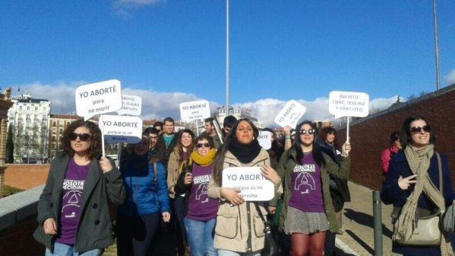 Manifestantes de la 'marea violeta' que pide la paralización de la reforma del aborto de Gallardón, a su llegada a la estación de tren de Atocha en Madrid.