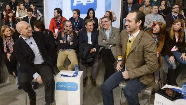 El ministro de Educación, José Ignacio Wert (i), y el presidente de Baleares, José Ramón Bauzá (d), participan en el diálogo 'Educación para todos', en la Convención Nacional del PP que se celebra en Valladolid.