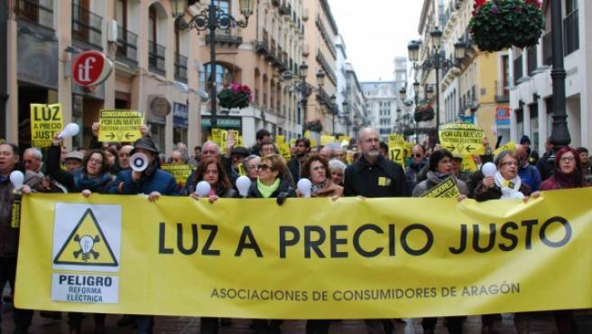 Manifestación en Zaragoza pidiendo un precio justo de la luz.