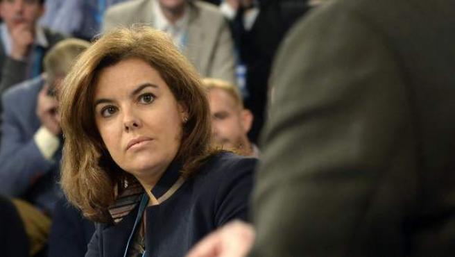 La vicepresidenta del Gobierno, Soraya Sáenz de Santamaría (i), atiende a la intervención del presidente de Murcia, Ramón Luis Valcárcel (d), durante su participación en la Convención Nacional del PP en Valladolid.