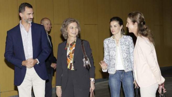 La reina Sofía,acompañada por los Príncipes de Asturias, Felipe y Letizia, y por la infanta Elena, a su salida del Hospital Quirón Madrid.