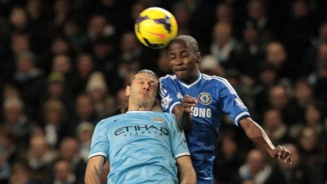 El jugador del Manchester City Martin Demichelis (d) disputa el balón con Ramires (i), del Chelsea.