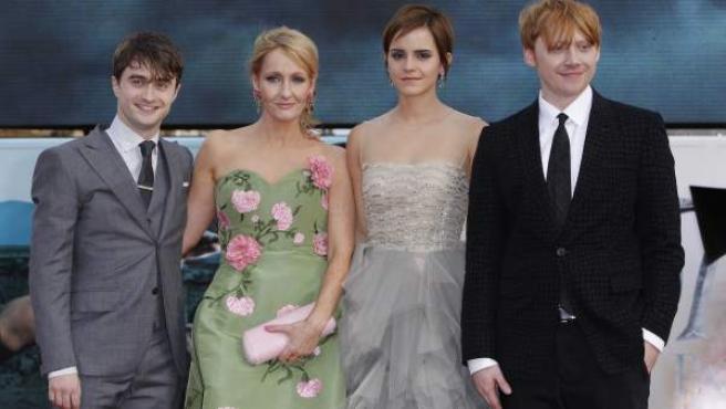 J.K. Rowling junto a los actores protagonistas de 'Harry Potter' Daniel Radcliffe, Emma Watson and Rupert Grint en Trafalgar Square, Londres.
