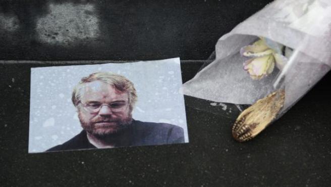 Homenaje para el difunto actor estadounidense Philip Seymour Hoffman con fotos y flores a las afueras de su apartamento en Nueva York.