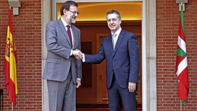 El presidente del Gobierno, Mariano Rajoy, saluda al lehendakari Íñigo Urkullu, en una imagen de archivo.