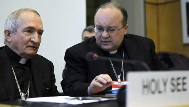 El representante de la Santa Sede ante Naciones Unidas, monseñor Silvano Tomasi (i), conversa con el fiscal en los casos de pedofilia de la congregación vaticana Charles Scicluna en Ginebra (Suiza).