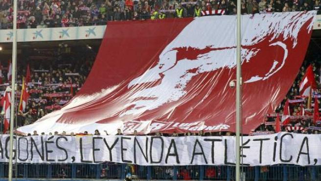 Pancartas de homenaje al fallecido Luis Aragonés desplegadas en el Vicente Calderón.