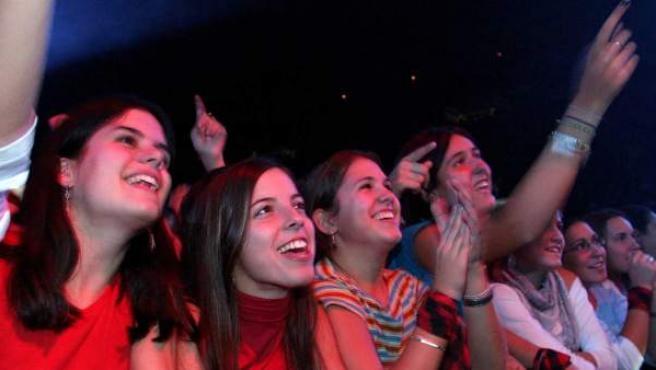 Varios asistentes a un concierto en las Fiestas del Pilar de Zaragoza.
