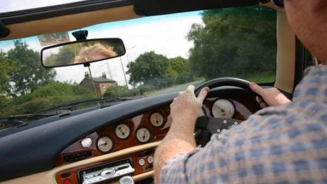 Un conductor, para ir bien sentado al volante, tiene que ajustar el asiento del coche, el respaldo, el volante, el reposacabezas y los espejos retrovisores.