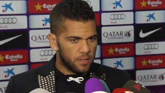 El jugador brasileño del Barça, Dani Alves, atiende a los medios de comunicación.