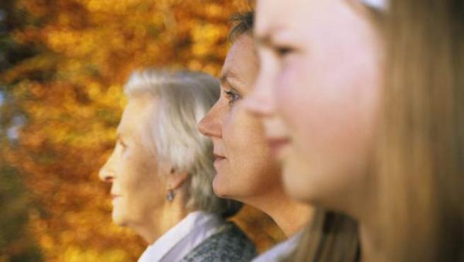 Iamgen de una familia multigeneracional: una abuela, una hija y una nieta