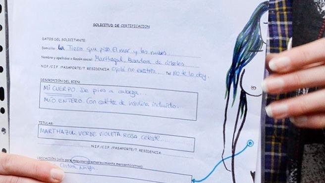 Formulario rellenado por una mujer para inscribir su cuerpo en el Registro de la Propiedad.