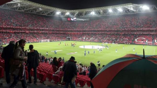Los seguidores del Athletic ocupan sus localidades en el nuevo estadio de San Mamés.