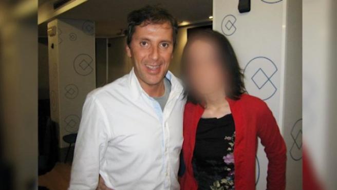 El periodista, junto a la presunta agresora.