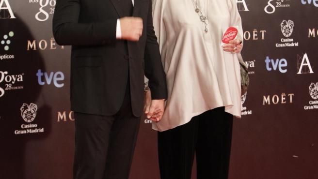 Javier Bardem y su madre, Pilar Bardem, que porta una de las pegatinas reivindicativas que han repartido los trabajadores de Coca-Cola a la entrada del acto.