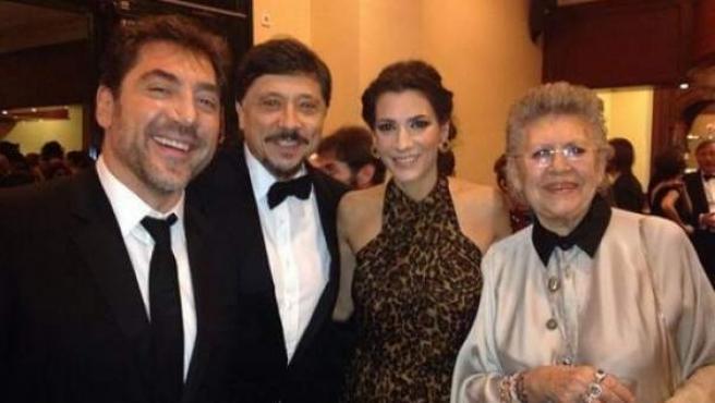 Los hermanos Bardem, Javier y Carlos, la mujer de éste, Cecilia Gessa, y Pilar Bardem, la madre de la familia, antes de la gala de los Goya 2014.