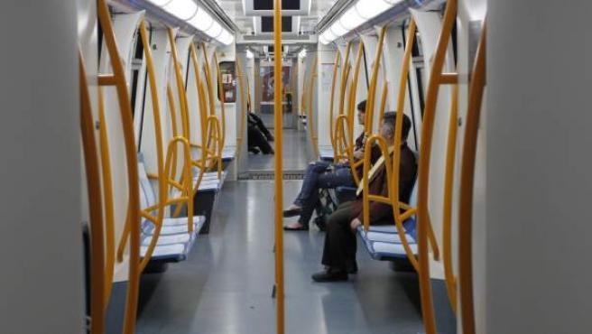 Un vagón del metro de Madrid, con pocos viajeros en su interior.