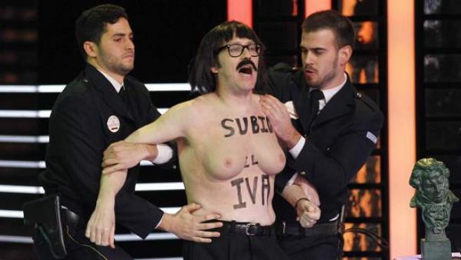 El humorista Joaquín Reyes imita a las activistas de Femen y grita pidiendo la subida del IVA, durante su actuación en la gala de entrega de los 28 premios Goya.