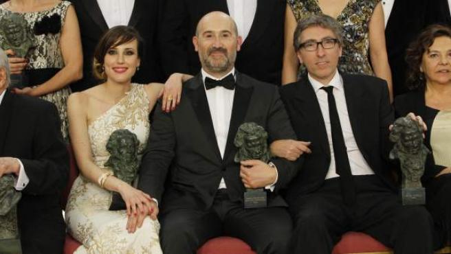Natalia de Molina (actriz revelación), Javier Cámara (mejor actor) y David Trueba (mejor director y guionista), en la foto de familia de los premiados al final de la gala de los Goya.
