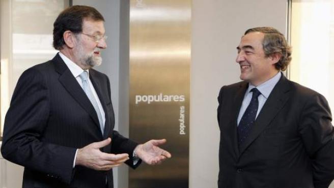 El próximo presidente del Gobierno, Mariano Rajoy (izq.), conversa con el presidente de la CEOE, Juan Rosell.