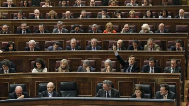 La bancada popular en el Congreso de los Diputados, con Rafael Hernando alzando la mano.