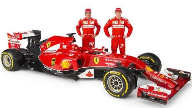 Fernando Alonso y Kimi Raikkonen posan junto al F14 T, el coche desarrollado por Ferrari para la temporada 2014.
