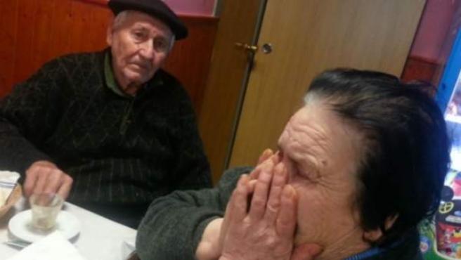 Francisco y Josefina, tras ses desahuciados de su vivienda, que además ha sido derribada.