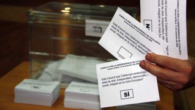 Urna y papeletas de la consulta de autodeterminación no vinculante llevada a cabo en centenares de municipios de Cataluña entre 2009 y 2011.