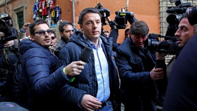 El líder del Partido Demócrata italiano (PD), Matteo Renzi (c), llega a la sede de su partido en Roma.