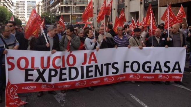 Decenas de personas protestan por los retrasos del Fogasa a la hora de abonar las indemnizaciones por despido.