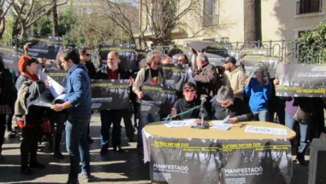 Rueda de prensa de 'Juntes sense por' frente al instituto Lluís Vives
