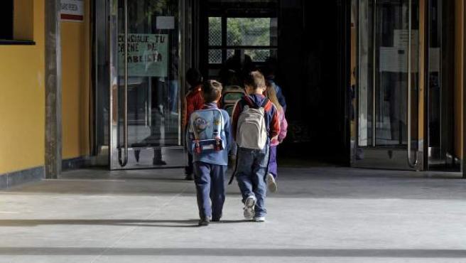 Dos niños entran en un centro escolar.